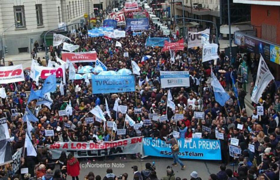 Una multitudinaria Marcha Nacional de Prensa contra los despidos y el vaciamiento de la agencia Télam en Argentina