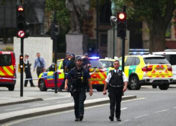 Conductor deja varios heridos al chocar contra valla del Parlamento británico y es detenido