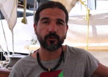 El subcapitán del navío Freedom perteneciente a las Flotilla de la Libertad se niega a firmar la deportación