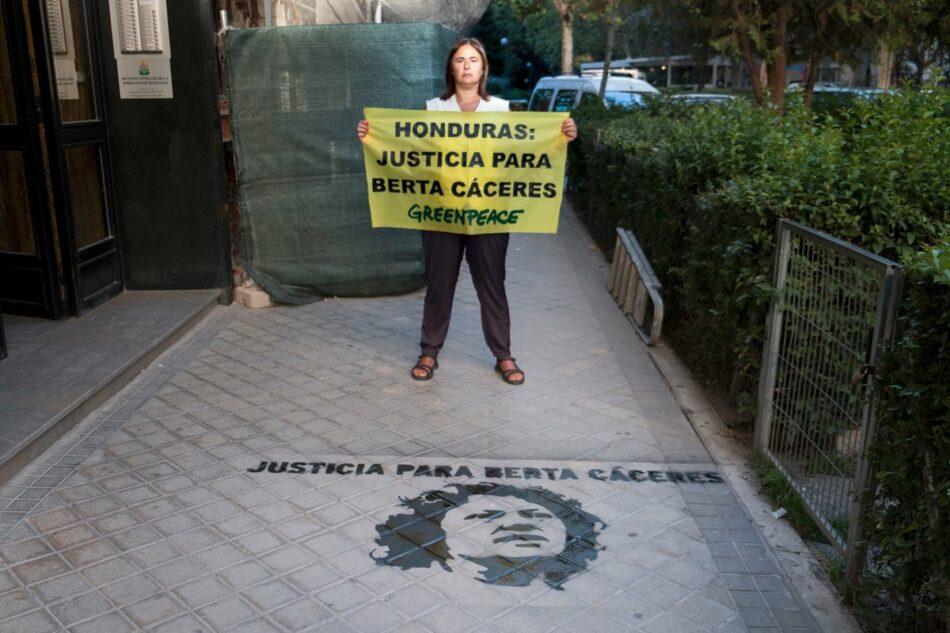 Greenpeace pinta el rostro de Berta Cáceres en la embajada de Honduras en Madrid para demandar un juicio justo