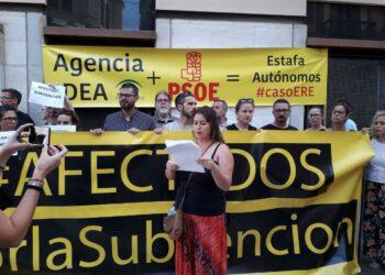 Más de medio centenar de afectados por las ayudas de la Agencia IDEA de la Junta protestan en Málaga
