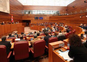 Las Cortes de Castilla y León exigen la intervención de la CNMC para aclarar las causas de los elevados precios de la luz