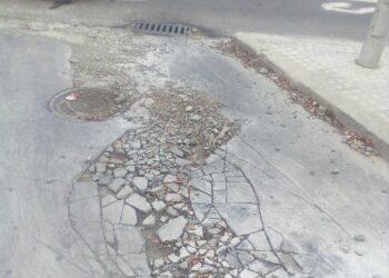 """Participa Sevilla denuncia la """"chapuza"""" del asfaltado en los aparcamientos de la calle Éfeso"""