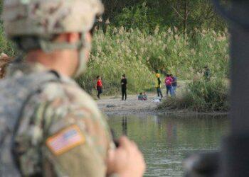 Trump autoriza a soldados usar fuerza letal contra migrantes en frontera