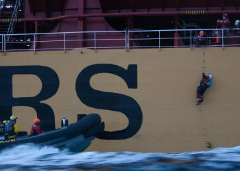 Detienen a seis activistas de Greenpeace tras subir a un barco cargado con aceite de palma en el golfo de Cádiz
