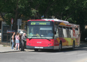 """Rojas insiste en la necesidad de aumentar la oferta de TUSSAM en horas punta """"para evitar aglomeraciones y una mala imagen del transporte público"""""""