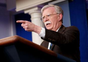 Asesor de Trump admite que busca que empresas de EE.UU. «produzcan el petróleo en Venezuela»