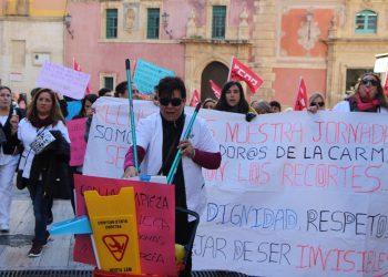 Limpiadoras de la CARM reclaman «respeto» al Gobierno regional y exigen la restitución de sus condiciones laborales