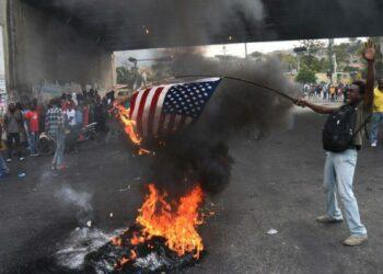 Haití: Manifestantes haitianos queman banderas de EE.UU. y piden ayuda a Rusia y China