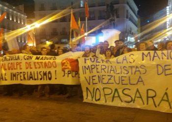 Concentración en la Puerta del Sol anoche: «Manos imperialistas fuera de Venezuela. No pasarán»