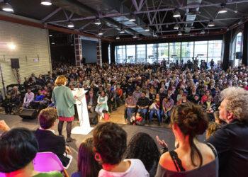 """Ada Colau denuncia la campanya d'ERC, PSC, PdCat i C's per fer fora a la """"gent comuna"""" de les institucions"""