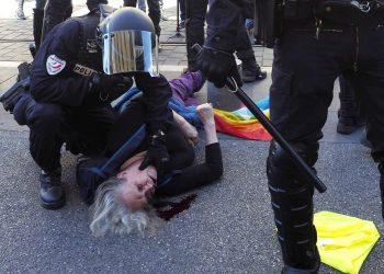 La portavoz del ATTAC 06 gravemente herida por una carga policial en Francia
