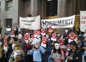 Argentina: Protesta cultural en Plaza de Mayo denunciando la pobreza