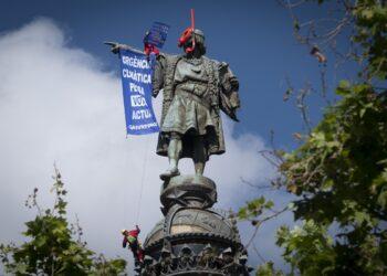 Activistas de Greenpeace denuncian en la estatua de Colón de Barcelona la indiferencia política frente a la crisis climática durante la campaña electoral