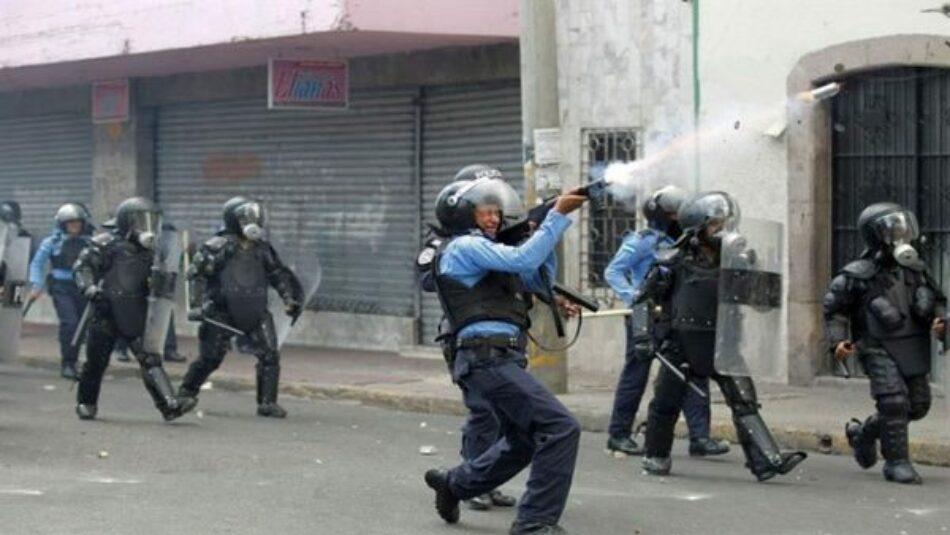 Honduras. Policía reprime brutalmente protestas contra reformas al sistema de educación y salud / Un maestro asesinado