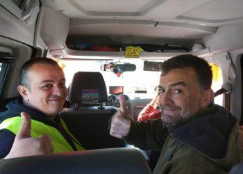 """Maíllo se sube a un taxi junto a 'Tito' en la caravana de Sevilla: """"PP y Cs quieren uberizar toda la economía"""""""