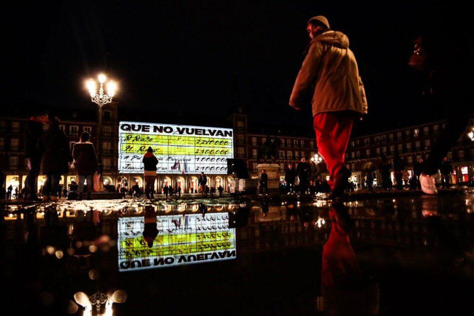 La proyección de los Papeles de Bárcenas en la Plaza Mayor sorprende a los vecinos de Madrid