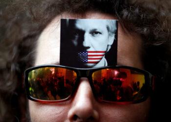 Por qué los 'chalecos amarillos' apoyan a Julian Assange