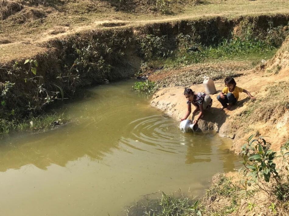 El suministro de agua para los refugiados rohingya cae a niveles críticos por una estación seca más larga
