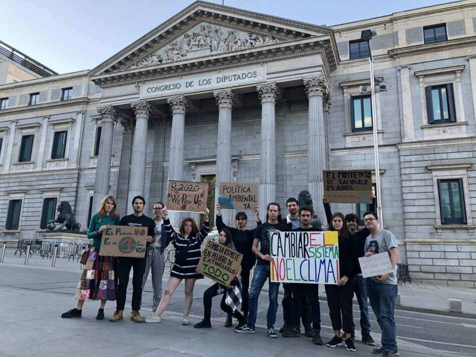 Un grupo de activista realiza una vigilia frente al Congreso de los diputados por la emergencia climática