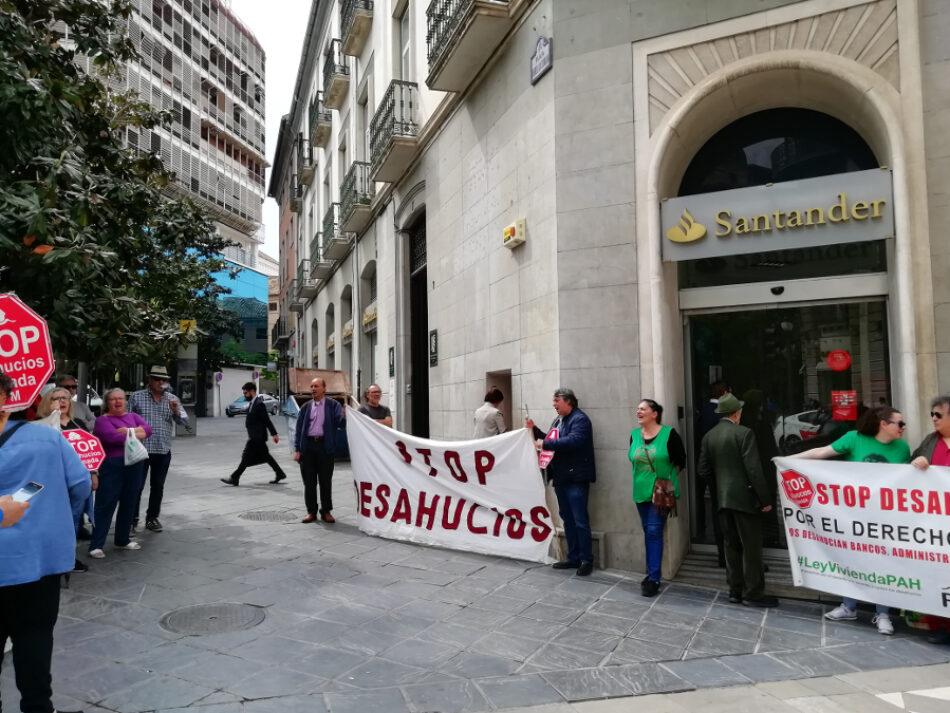 Con 21 años y una hija de 18 meses pueden verse en la calle por un desahucio del Santander
