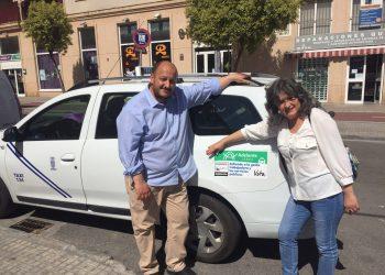 Taxistas de la ciudad se ofrecen a llevar publicidad gratuita de Adelante Jerez