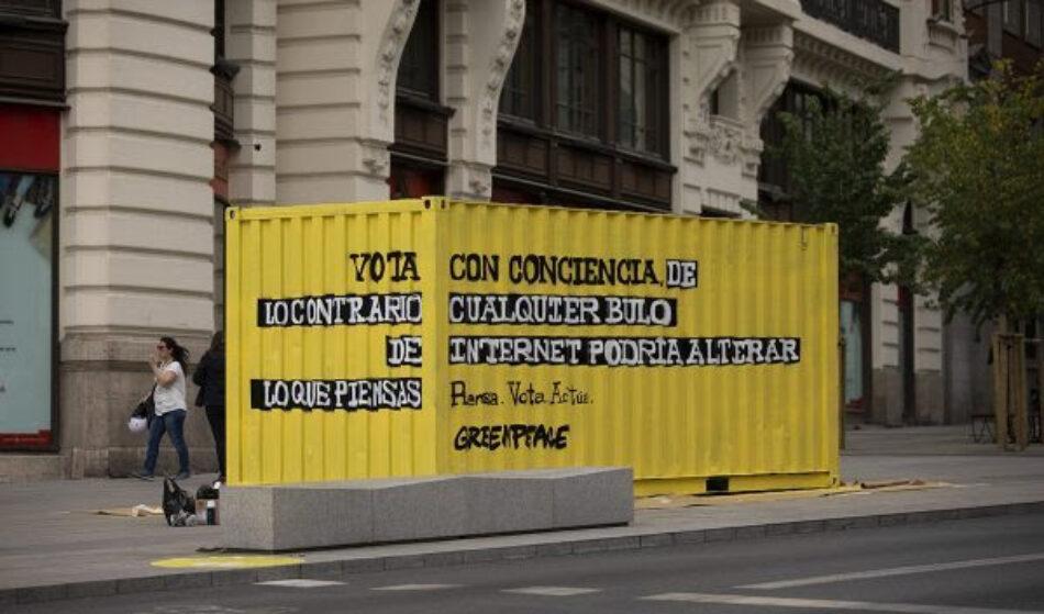 Greenpeace instala un contenedor-denuncia en la Gran Vía de Madrid para llamar la atención sobre el peligro de los bulos