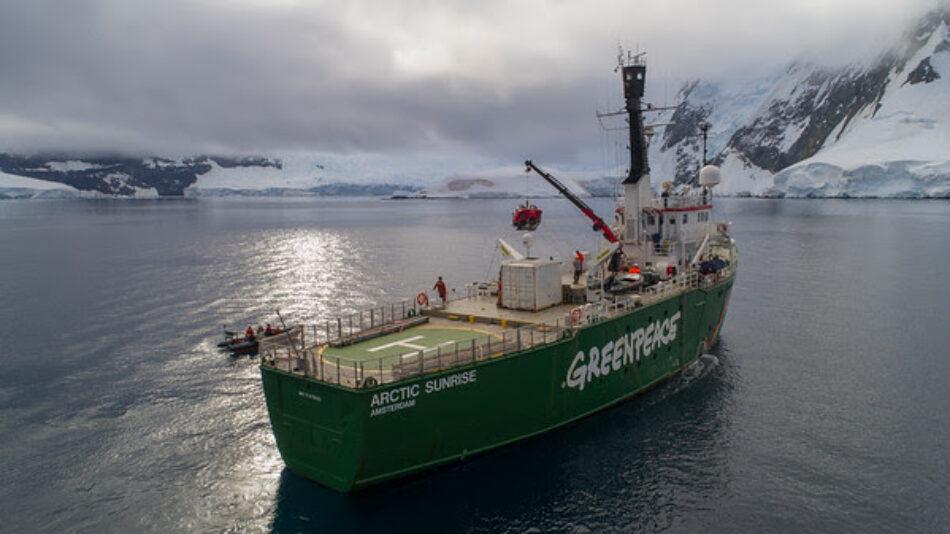 Concierto del cantante Macaco a bordo del rompehielos 'Arctic Sunrise' de Greenpeace en Bilbao