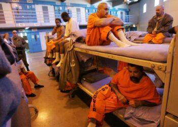 2,2 millones de estadounidenses están entre rejas, más de lo que el sistema penitenciario puede controlar