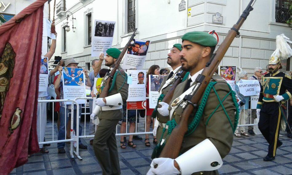 Granada Laica rechaza con carocas la participación del Ayuntamiento y de diversas autoridades en la procesión del Corpus