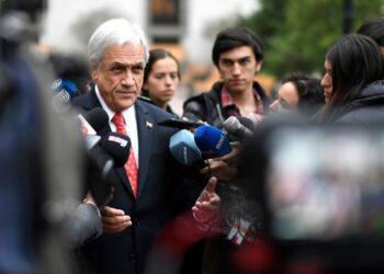El presidente chileno Sebastián Piñera comparece ante el Congreso acosado por su descenso de popularidad
