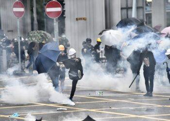 Disturbios y enfrentamientos entre la policía de Hong Kong y manifestantes en Yuen Long