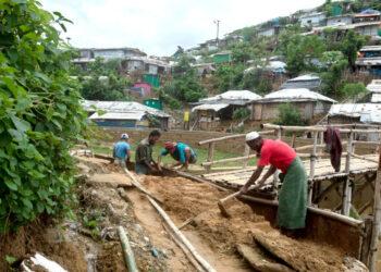 Las fuertes lluvias monzónicas inundan los asentamientos rohingya en Bangladesh