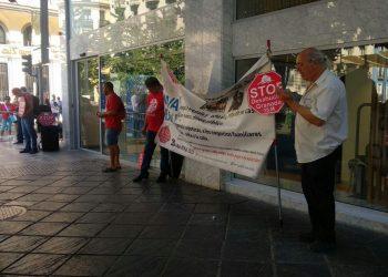 Acción de Stop Desahucios Granada 15M frente al BBVA