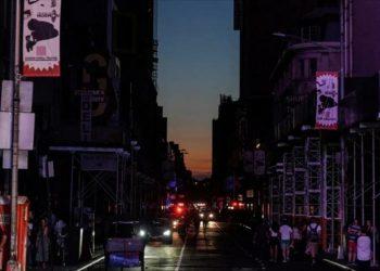 El centro de Manhattan queda a oscuras por un apagón masivo