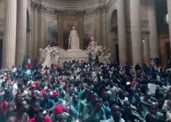 Los 'chalecos negros' invaden el Panteón de París para exigir papeles
