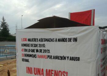 Miembros de la Asociación Vecinal de Vicálvaro en Madrid podrían ser multados por no retirar pancartas contra la violencia machista y los desahucios