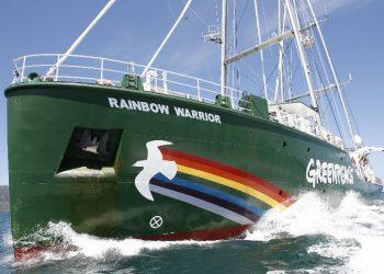 Greenpeace se reune a expertos científicos en el Rainbow Warrior para exigir más ambición frente a la crisis climática