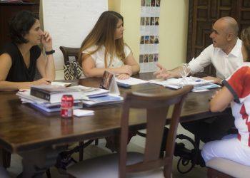 Adelante Sevilla se reúne con el gobierno local para analizar medidas que regulen la proliferación de apartamentos turísticos