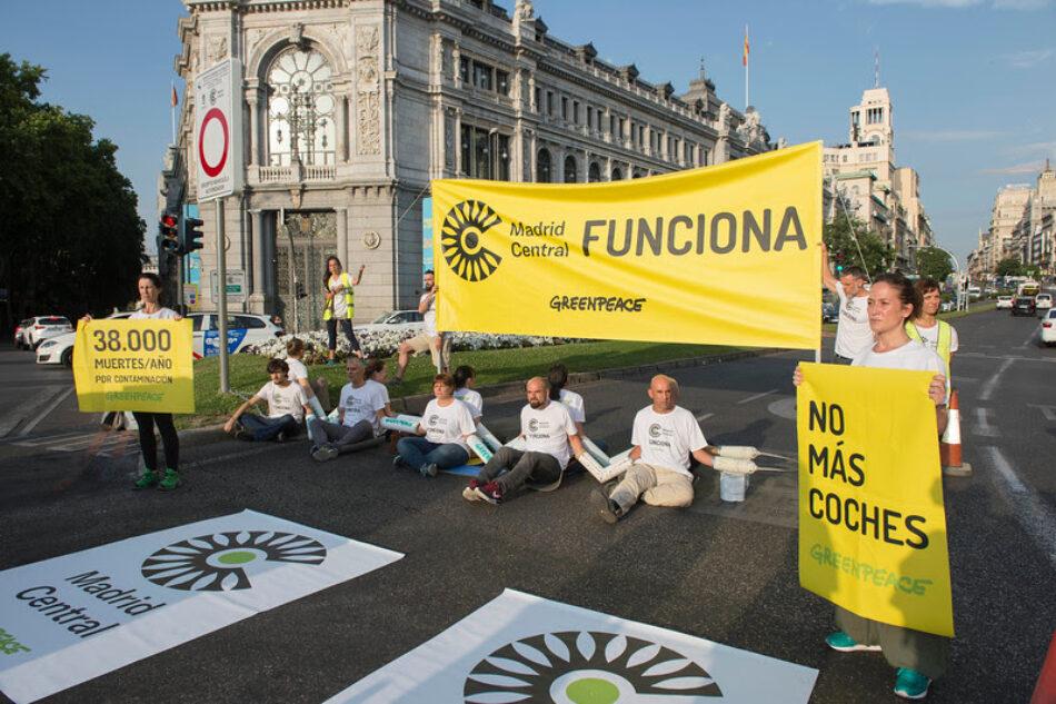 Greenpeace bloquea la calle Alcalá para exigir al Ayuntamiento que no elimine las multas de Madrid Central