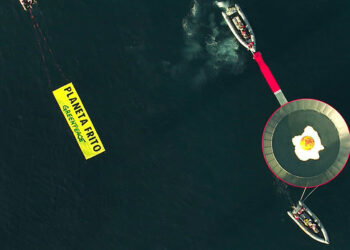 """Greenpeace coloca una sartén gigante con un """"planeta frito"""" frente a La Manga para alertar del calentamiento global"""