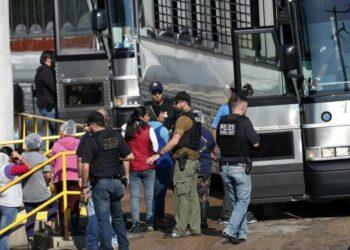 La mayor redada en una década: EEUU arresta a 680 inmigrantes
