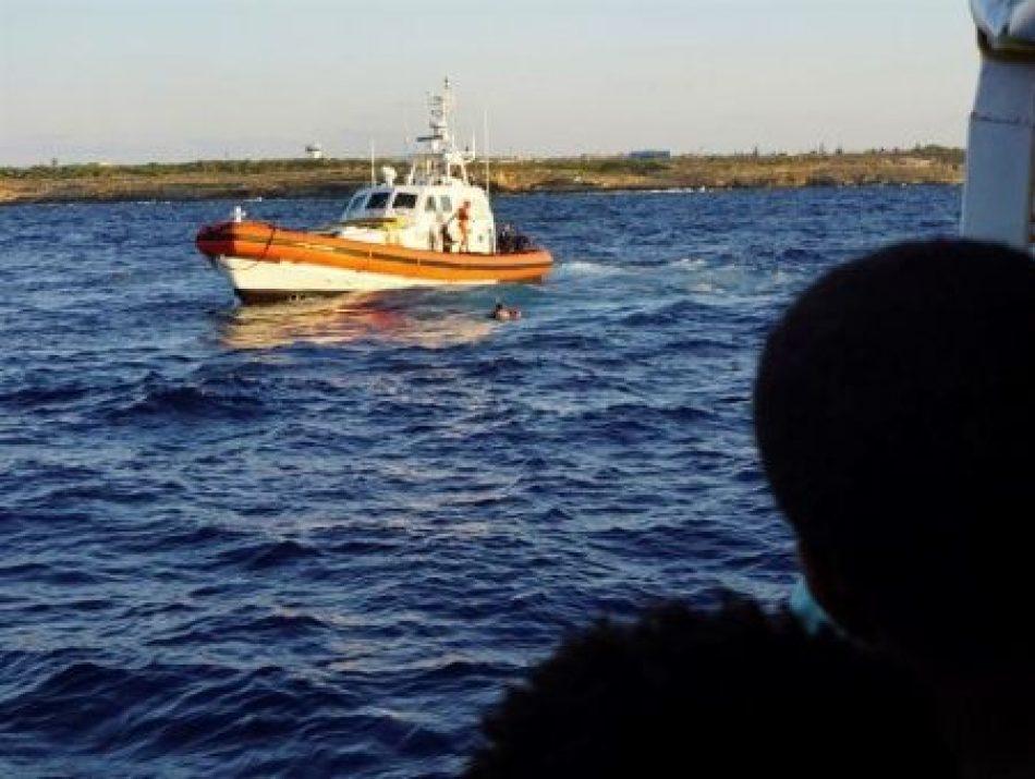 Nueve migrantes del Open Arms se lanzan al agua para llegar a Lampedusa