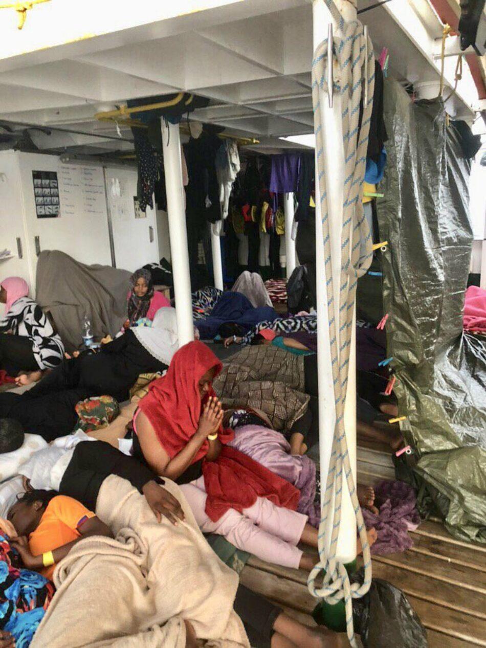El «Open Arms» continúa esperando un puerto seguro con 121 refugiados a bordo, 32 de ellos menores