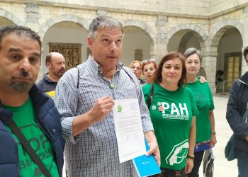 La PAH Santander registra la Ley de Vivienda en el Parlamento de Cantabria