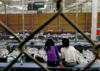 EE.UU. podría adoptar regla para detener más tiempo a niños migrantes