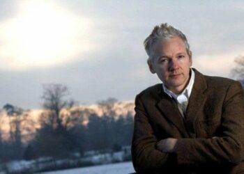 Madre de Assange denuncia que su hijo es «asesinado lentamente»