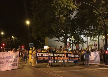 Los bomberos forestales marchan por Zaragoza para protestar contra la precariedad laboral