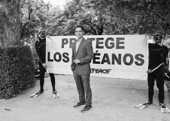 Greenpeace une al creador de 'La Casa de las Flores' y al protagonista de 'La Casa de Papel' en su campaña para pedir la protección de los océanos