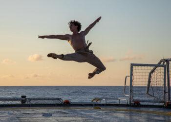 La protección de los océanos en clave cinematográfica: el actor Pedro Alonso y el bailarín Isaac Hernández protagonizan un corto de Manolo Caro para Greenpeace